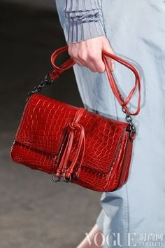 Bottega Veneta Spring 2017 Ready-to-Wear Accessories Photos - Vogue New Handbags, Fashion Handbags, Fashion Bags, Italian Handbags, Womens Designer Purses, Best Designer Bags, Purses For Sale, Purses And Bags, Small Purses
