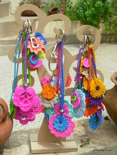 llaveros, dijes para cartera, aros, colgantes, clips y un montón de objetos más...todo tejido al crochet !!! Puff Stitch Crochet, Crochet Motif, Crochet Flowers, Crochet Stitches, Crochet Patterns, Crochet Crafts, Yarn Crafts, Crochet Projects, Diy And Crafts