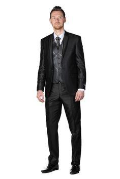 Le costume est bien sauf le gros bouton gris, juste le gilet et cravatte plus clair