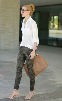 If the situation permits a relaxed look, rock a white button down blouse with olive camouflage skinny jeans. A pair of beige leather heeled sandals will bring a hint of sultry elegance to this outfit. Camo Pants Outfit, Camo Outfits, Casual Outfits, Summer Outfits, Camouflage Fashion, Camo Fashion, Look Fashion, Camouflage Pants, Best Jeans For Women