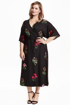 H&M+ Robe croisée: Robe de longueur mi-mollet en jersey à motif imprimé. Modèle avec encolure en V et découpe croisée devant. Ceinture amovible à nouer à la taille. Manches courtes et amples.