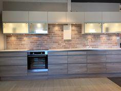 Bilderesultat for svart matt kjøkken med murstein fliser Kitchen Inspirations, Kitchen Cabinets, Decor, Inspiration, Kitchen, Home, Cabinet, Fireplace, Home Decor