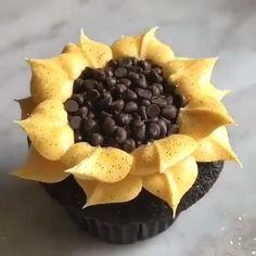 Cupcake Decorating Tips, Cake Decorating Frosting, Cookie Decorating, Decoration Patisserie, Dessert Decoration, Food Cakes, Car Cakes, Sunflower Cupcakes, Sunflower Cake Ideas