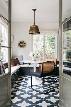 Dining Nook, Dining Room Design, Architectural Digest, Hollywood Hills Häuser, Blake Grey, Kitchen Nook, Kitchen Floors, Kitchen Dining, Kitchen Island