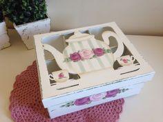 Caixa em MDF,pintada com técnica provençal para armazenar saquinhos de chá em 6 repartições internas.  Caixa com tampa FECHADA com acetato transparente.  Dimensões do produto: 8.5-A x 20-L x 20-C
