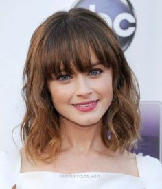 19 beautiful wavy hairstyles Bob with bangs Peinados de Bob 0 Mar 2018 Bob Hairstyles 0 Bob cuts one of the best short hair trends in And in this year we will find the best ideas of recent years and we will create this gallery for lovers of wavy hair … Cute Medium Length Hairstyles, Medium Length Wavy Hair, Bangs With Medium Hair, Bob Hairstyles With Bangs, Bob Haircut With Bangs, Medium Short Hair, Fringe Hairstyles, Medium Hair Styles, Curly Hair Styles