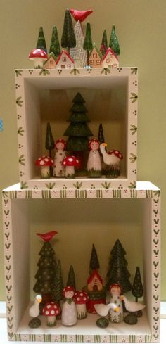 Christmas geese, girls and trees in painted display boxes from Jone Hallmark Kunsthandwerk 🧶 🧶 Wood Peg Dolls, Clothespin Dolls, Christmas Love, Vintage Christmas, Hallmark Christmas, Doll Display, Display Boxes, Dolly Doll, Illustration Noel