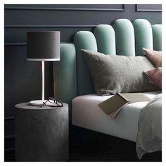 Draps en lin, table de nuit en béton, lampe @pantone -> cosy trendy design grasse matinée ! Bon dimanche à tous ! #sundaymorning…