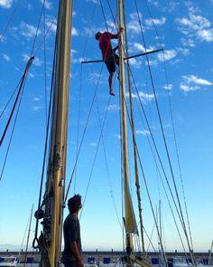 @al.xand.r checking out our mast fittings the first time! Revisando la jarcia y el mástil por primera vez  #sailboat #summer #high #boat #sky #travelfarlivefree #travelblog #adventure #explore #travel #velero #verano #cielo #nubes #clouds #barco #blog #explora #viajar #lifestyle #tenerife #canaryislands #canarias #puerto #marina by travelfarlivefree