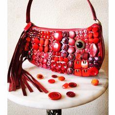 「スイミー」  大好きな絵本「スイミー」から着想して作ったバッグ。 姿だけでなくその精神も習って!想像力を働かせ、決めつけないことで生まれる新しい価値。  #satosatosa #vintage #swimmy #costumejewelry #bijou #fashion #fashionsnap #costume #mode #conseptualart #bag #handmade #original #design #contenporaryart #ファッションスナップ #ビンテージ #ハンドメイド #モード #ビンテージパーツ #手作り #一点物 #リメイク #コーディネート #クラッチバッグ #スイミー  #コスチューム #コスチュームジュエリー #装苑アクセサリー蚤の市 #リメイクアクセサリー
