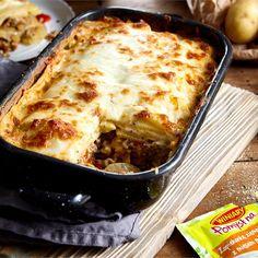 bZapiekanka z mięsem/b to doskonały pomysł na rodzinny obiad. Mięso mielone, podsmażane z papryką i cebulą w pysznym sosie śmietankowym. Całość zapieczona z serem żółtym – pycha! Pepperoni, Lasagna, Cooking, Ethnic Recipes, Food, Kitchen, Essen, Meals, Yemek