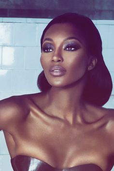 Naomi Campbell a very stunning make up and look ... very elegant !!
