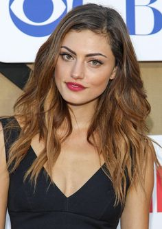 phoebe tonkin Ombre Hair With Blonde Highlights Summer Wavy Hairstyle |