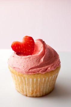 Deze aardbeien soja-botercreme smaakt verrukkelijk bij de vegan aardbeien cupcake, maar zeker ook bij chocolade cupcake!
