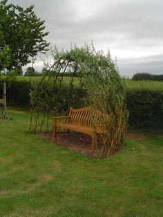 structure-végétale-saule-tressé-cabane-osier-banc-jardin