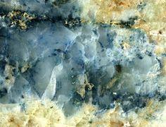 Berlinite, AlPO4 (grise) et scorzalite,  ((Fe2+,Mg)Al2(OH,PO4)2), sur brasilianite. Buranga, Provinz West, Ruanda Taille=50 mm Copyright Pavel Kartashov