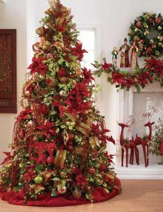 fleurs rouges décoratives et guirlandes dorées ornent le sapin de Noël