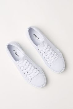 Keys To Finding The Best Sneakers For Women. Are you shopping for the best sneakers for women? Sneakers Mode, Best Sneakers, White Sneakers, Sneakers Fashion, White Shoes, Fashion Shoes, Mens Fashion, Stylish Shoes For Women, Minimalist Shoes