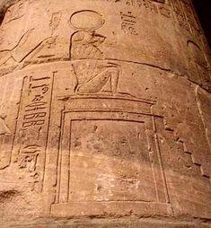 La escalera se empleó como modelo para construir la pirámide del rey Dyeser en Sakkara, como base en algunas estatuas, como apoyo simbólico de estatuas, dibujada en los papiros e, incluso como amuleto. Además simbolizó la colina primordial, montículo emergido de las aguas originales gracias a la acción del dios Sol, lugar donde surgió la creación, donde emergió la vida. Por esta colina el difunto podía alcanzar su meta: el cielo.