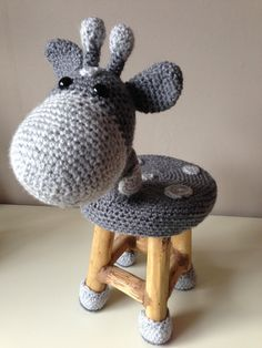 Chair sheep More. Love Crochet, Crochet Gifts, Crochet For Kids, Crochet Dolls, Crochet Flowers, Knit Crochet, Crochet Furniture, Creation Deco, Crochet Home Decor