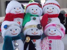 DIY de Noël : un bonhomme de neige en chaussette - Blog lifestyle de notre famille en Bretagne, Ma Breizh Family Felt Snowman, Snowman Faces, Santa Socks, Christmas Inspiration, Felt Crafts, Gift Baskets, Handicraft, Christmas Ornaments, Christmas Stuff