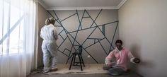 Ez a két ember ragasztószalagot erősített a falra. Amikor végeztek a festéssel, te is meg fogsz lepődni, mi lett a végeredmény! - Ketkes.com