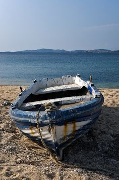 Greek Boat Images - beautiful and poetic images - wooden fishing boats of Greece Old Boats, Small Boats, Boat Drawing, Boat Art, Boat Painting, Wooden Boats, Fishing Boats, Strand, Seaside
