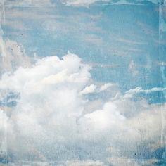 Comme un ciel bleu et nuageux, issu de la Renaissance italienne, dans lequel peut apparaître soudainement un ange radieux  porté par une légère brise,nous annonçant une merveilleuse nouvelle, décor, poster, plein d'espoir et de poésie pour les murs de votre intérieur.