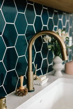 6 Sharing Cool Tips: Cheap Kitchen Remodel Stains narrow kitchen remodel subway tiles.Kitchen Remodel Before And After Color Schemes small kitchen remodel rectangle.U Shaped Kitchen Remodel Black Counters. Backsplash Herringbone, Backsplash Design, Backsplash Ideas, Hexagon Tile Backsplash, Blue Backsplash, Hexagon Tiles, Tiling, Tiles Design For Kitchen, Blue Tile Backsplash Kitchen