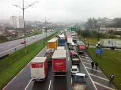 #Protestos: Caminhoneiros dizem que só deixam rodovia bloqueada se Alckmin os receber | O grupo reivindica o fim da cobrança adicional do pedágio por eixo levantado (sem carga), que passou a valer hoje. A medida foi anunciada por Alckmin na semana passada, quando o governo suspendeu o reajuste em pedágios de rodovias privatizadas. http://mmanchete.blogspot.com.br/2013/07/caminhoneiros-dizem-que-so-deixam.html#.UdHAAvlQGSo