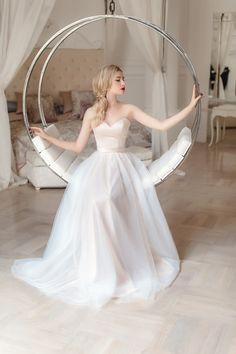 Лёгкое пудровое свадебное платье 02