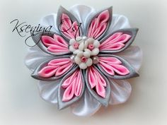 Всем привет! Сегодня покажу как сделать еще один вариант нескучного бантика с цветочном канзаши. СПасибо за просмотр и успехов в творчестве! Подписывайтесь н...