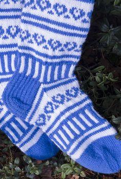 Kirjoneulesukat Novita 7 Veljestä   Novita knits Knitting Socks, Knit Socks, Knitting Machine Patterns, Mittens, Crafts, Inspiration, Fashion, Fingerless Mitts, Biblical Inspiration