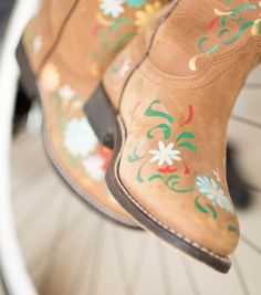 Hand Painted Daisy Leather BootsHand Painted Daisy Leather Boots @joannstores  {I would never do this to new boots...but some old ones it would be cute!}