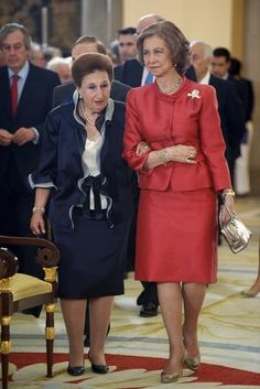 "Princess Margarita de Borbon (L) and Queen Sofia of Spain (R) attend closing ceremony of the Academic Year of ""Escuela Superior de Musica Reina Sofia"" at El Pardo Palace on June 2012 in Madrid, Spain. Over 50 Womens Fashion, Fashion Tips For Women, Queen Sophia, Casa Real, Bourbon, Spanish Royalty, Spanish Royal Family, Queen Dress, Satin Blouses"