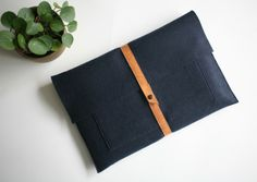 stoffenspulletjes.com de-laptophoes-korte-tutorial-in-10-stapjes Easy Diy, Simple Diy, Diy Projects, Purses, Wallet, Creative, Pad, Pattern, Crafts