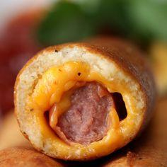 Já imaginou um espetinho de salsicha empanada?