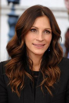 Julia Roberts hair color- one of my favorites. Reddish Brown Hair Color, Hair Color Auburn, Brown Hair Colors, Warm Brown Hair, Chesnut Hair Color, Alburn Hair Color, Brown Hair Auburn Highlights, Dark Chestnut Brown Hair, Long Auburn Hair