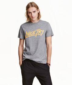 Graumeliert. T-Shirt aus Baumwolljersey mit Druck.