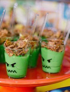 """Truque criativo para festinha infantil: brigadeiro branco com corante verde que imita o Hulk. Veja a dica do programa """"Fazendo a Festa"""", do GNT."""