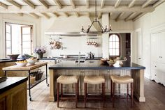Majestic Wonderful Farmhouse Kitchen Design Ideas On a Budget No matter what your home model, the kitchen is the heart. Try to adopt a farmhouse kitchen design that can be an exotic part of the house, one of whic. Transitional Kitchen, Transitional Decor, Trends 2018, New Kitchen, Kitchen Dining, Kitchen Ideas, Kitchen Designs, Kitchen Inspiration, Kitchen Trends