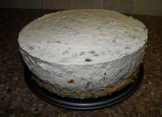 NEGERZOENENKWARKTAART (zonder bakken) Benodigdheden: 16 kleine negerzoenen (of 12 grote negerzoenen) 1 bak kwark (450 gram) 2 pakjes slagroom 1 kant-en-klaar taartbodem mixer en taartvorm Bereidingswijze: - Negerzoenen van koekjes afhalen en in een bak met de kwark mixen. - Slagroom kloppen en dan door het mengsel van kwark en negerzoenen scheppen. - Taartbodem in de taartvorm leggen en het mengsel erop gieten. - Een paar uur in de koelkast zetten om stijf te worden. Sweet Desserts, Sweet Recipes, Delicious Desserts, Yummy Food, Pie Cake, No Bake Cake, Cake Cookies, Cupcake Cakes, Baking Recipes