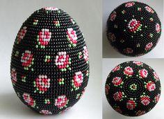 Мелкие розочки | biser.info - всё о бисере и бисерном творчестве Beaded Christmas Ornaments, Christmas Toys, Egg Crafts, Arts And Crafts, Beaded Bags, Beaded Bracelets, Easter Egg Designs, Bead Crochet Rope, Beaded Animals
