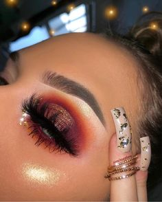 Learn how to do this cute halo eyeshadow look in 3 easy steps! - - Learn how to do this cute halo eyeshadow look in 3 easy steps! Makeup Without Eye Makeup, Makeup Over 50, Makeup Eye Looks, Eye Makeup Art, Dramatic Makeup, Eyeshadow Makeup, Face Makeup, Makeup Monolid, Contour Makeup