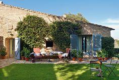 Un mix di stili, tra il provenzale e il catalano, combinati ad artein una decorazione semplice e naturale, nel pieno rispetto della struttura e dei materiali originali,ha trasformato questo vecchio fienile, ubicato in un pittoresco villaggio spagnolo chiamato Fonteta,inuna casa allegra, accogl