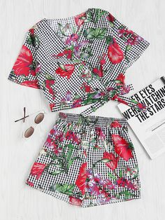 ¡Cómpralo ya!. Mixed Print Surplice Wrap Crop Top And Shorts Set. Shorts Multi Black and White Polyester Floral Plaid V neck Short Sleeve Bow Casual Vacation Fabric has no stretch Summer Two-piece Outfits. , topcorto, croptops, croptop, croptops, croptop, topcrop, topscrops, cropped, topbailarina, corto, camisolacorta, crop, croppedt-shirt, kurzestop, topcorto, topcourt, topcorto, cortos. Top corto  de mujer   de SheIn.