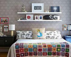 Inspiração: cama sem cabeceira com prateleiras compondo