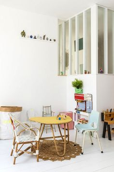 cute corner with kids chairs / natural materials in kids deco photo Julien Fernandez et Amandine Berthon