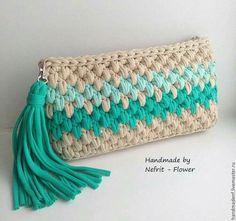 Bonito clutch o bolso de mano a crochet, en punto garbanzo, con borla, en trapillo. Crochet Diy, Crochet Pouch, Love Crochet, Crochet Crafts, Crochet Ideas, Crochet Handbags, Crochet Purses, Yarn Projects, Crochet Projects