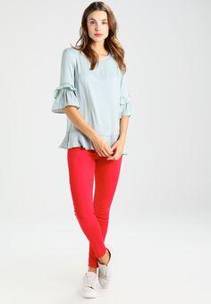 ¡Consigue este tipo de blusas de Cortefiel ahora! Haz clic para ver los detalles. Envíos gratis a toda España. Cortefiel VOLANTES Blusa anthracite: Cortefiel VOLANTES Blusa anthracite Ropa   | Material exterior: 100% poliéster | Ropa ¡Haz tu pedido   y disfruta de gastos de enví-o gratuitos! (blusas, blusa, blusón, blusones, blouses, blouse, smock, blouson, peasant top, blusen, blusas, chemisiers, bluse, blusas)